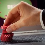 When are the right and the wrong times to fold a hand in poker?